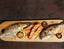 Gebraden vissen en lapjes vlees op de raad royalty-vrije stock foto