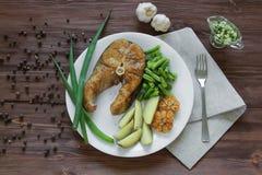 Gebraden vissen met aardappels en asperge Royalty-vrije Stock Foto