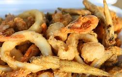 Gebraden vissen met garnalenpijlinktvis en inktvissen Stock Foto