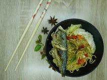 Gebraden vissen met heerlijke saus Klaar te eten stock afbeeldingen