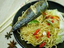 Gebraden vissen met heerlijke saus Klaar te eten stock fotografie