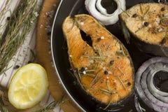 Gebraden vissen met kruiden op een pan Stock Afbeeldingen