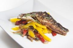 Gebraden vissen met paprika Royalty-vrije Stock Afbeeldingen
