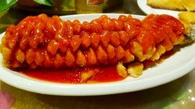 Gebraden vissen in tomatensaus, een typische schotel van Chinese keuken royalty-vrije stock foto's