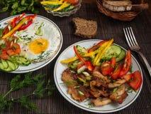 Gebraden vlees met groenten en eieren Stock Foto