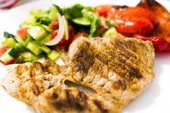 Gebraden vlees op de grill Gebraden vlees op steenkolen Stock Foto's