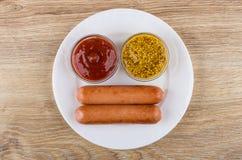 Gebraden worsten, kommen met mosterd en ketchup in plaat Royalty-vrije Stock Fotografie