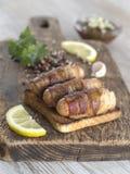 Gebraden worsten met bacon op een houten raad Royalty-vrije Stock Foto