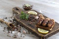 Gebraden worsten met bacon op een houten raad Royalty-vrije Stock Afbeeldingen