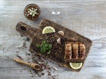 Gebraden worsten met bacon op een houten raad Royalty-vrije Stock Fotografie
