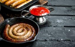 Gebraden worsten met tomatensaus stock afbeelding