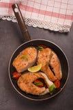 Gebraden zalm in pan met lemonqtomatto en aromatische kruiden Royalty-vrije Stock Fotografie
