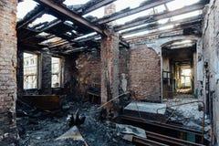 Gebrand binnenland na brand in de industriële of bureaubouw Gebrand meubilair, ontbroken dak stock afbeelding