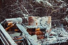 Gebrand blokhuis stock afbeeldingen
