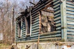 gebrand blokhuis stock afbeelding