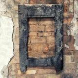 Gebrand houten kader op oude bakstenen muur Stock Foto