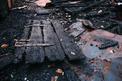 Gebrand huis, ruïnes van de vernietigde bouw door brand, brandstichtingsconcept stock afbeeldingen