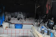 GEBRAND HUIS: Toilet na brand in het huis Stock Foto