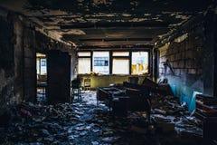 Gebrand huisbinnenland Gebrande ruimte in de industriële bouw, verkoold meubilair en beschadigde flat na brand royalty-vrije stock foto's