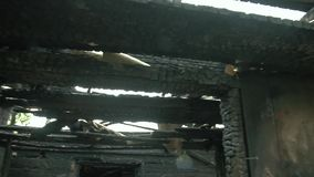 Gebrand huisbinnenland na brand, geruïneerde de bouwruimte binnen, ramp of oorlogsnasleepconcept stock videobeelden