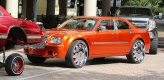 Gebrand Oranje Chrysler 300m ModelCar Stock Afbeeldingen