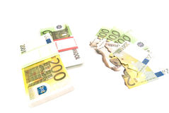 Gebrand rekeningen en pak euro op wit Royalty-vrije Stock Foto's