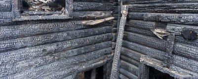 Gebrand verkoold logboekhuis stock afbeelding