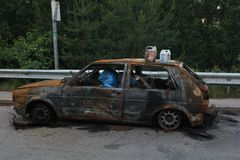 Gebrande die auto, het lichaam van de brandwond uit auto met afval wordt gevuld royalty-vrije stock foto's