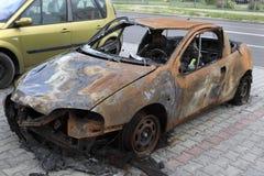 Gebrande die auto op de straat na een brand wordt geparkeerd Stock Foto