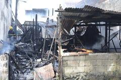 Gebrande en uitgehaalde huizen van gevallen binnenlandse barakhuizen stock afbeelding