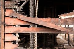 Gebrande gebroken houten muur Royalty-vrije Stock Fotografie