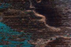 Gebrande houten oppervlakte en sporen van verf stock fotografie