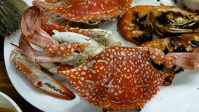 gebrande krab met kruidige saus op een plaat Thais lokaal voedsel royalty-vrije stock foto