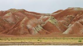 Gebrande oranje duinen in de Eynali-Bergketen stock videobeelden
