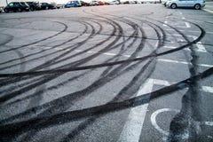 Gebrande rubbersporen op asfalt stock afbeeldingen