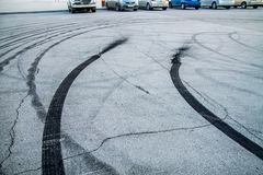 Gebrande rubbersporen op asfalt royalty-vrije stock foto