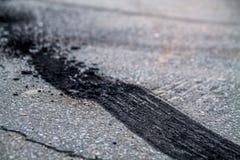 Gebrande rubbersporen op asfalt royalty-vrije stock afbeelding