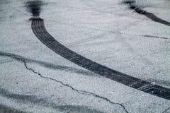 Gebrande rubbersporen op asfalt royalty-vrije stock foto's
