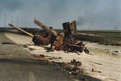 Gebrande shell van Iraakse tank aan kant van weg, Koeweit royalty-vrije stock afbeelding