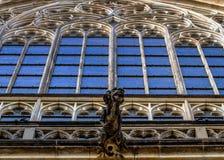 Gebrandschilderd glas en Gargouillestandbeeld op Heilige Vitus Cathedral in Praag Tsjechische Republiek Royalty-vrije Stock Afbeelding