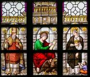 Gebrandschilderd glas - Heilige Augustine, John de Evangelist en Elizabe Stock Foto's