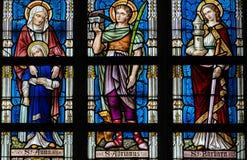 Gebrandschilderd glas - Heiligenana, Adrian en Barbara stock afbeelding