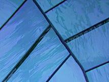 gebrandschilderd glas met kleuren blauwe en purpere, geweven achtergrond Stock Afbeeldingen