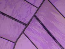 gebrandschilderd glas met kleuren roze en purpere, geweven achtergrond Stock Fotografie