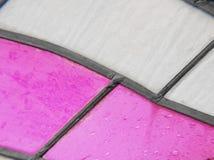 gebrandschilderd glas met kleuren roze en witte, geweven achtergrond Royalty-vrije Stock Afbeeldingen