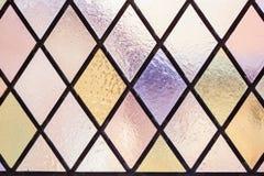 Gebrandschilderd glas met multi gekleurd diamantpatroon als achtergrond Stock Foto