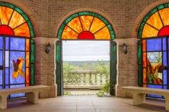 Gebrandschilderd glasruimte met mening van in openlucht royalty-vrije stock afbeeldingen