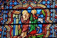 Gebrandschilderd glasvenster in de Notre Dame-kathedraal van Parijs, Stock Foto's