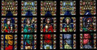Gebrandschilderd glasvenster die Katholieke Heiligen afschilderen stock foto's