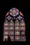 Gebrandschilderd glasvenster met Silhouet Binnenlandse Notre Dame Cathedral royalty-vrije stock foto